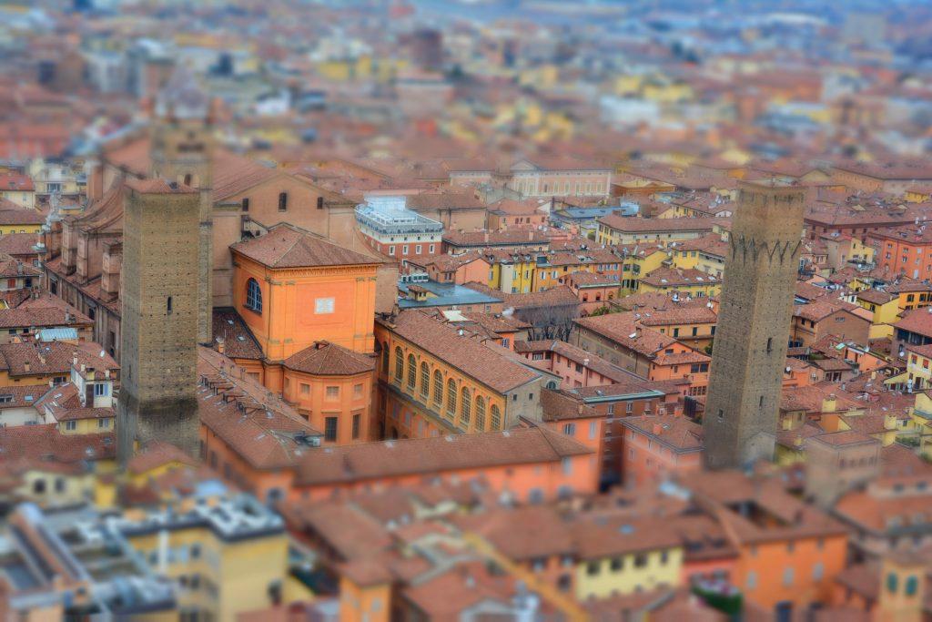 Asinelli kulesinden Piazza Maggiore meydanına bakış