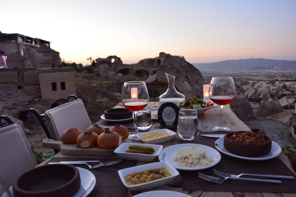 Muhteşem manzarasında akşam yemeği