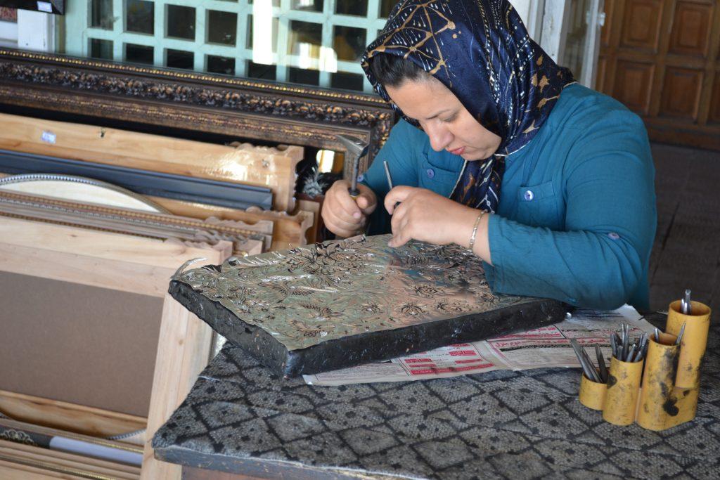 Sanatını icra eden İran'lı kadın