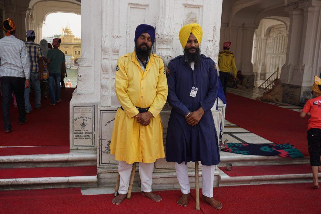 Amritsar gezilecek yerler - Altın tapınak girişindeki görevliler