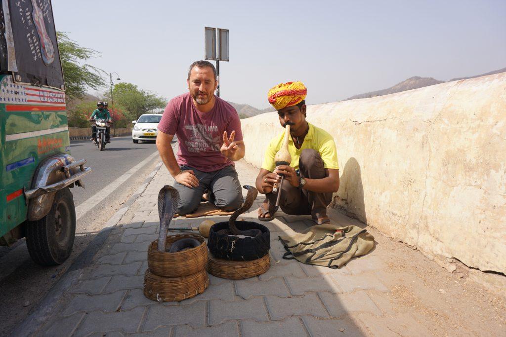 Jaipur gezilecek yerler - Amber Fort önünde kobra yılan oynatıcısı