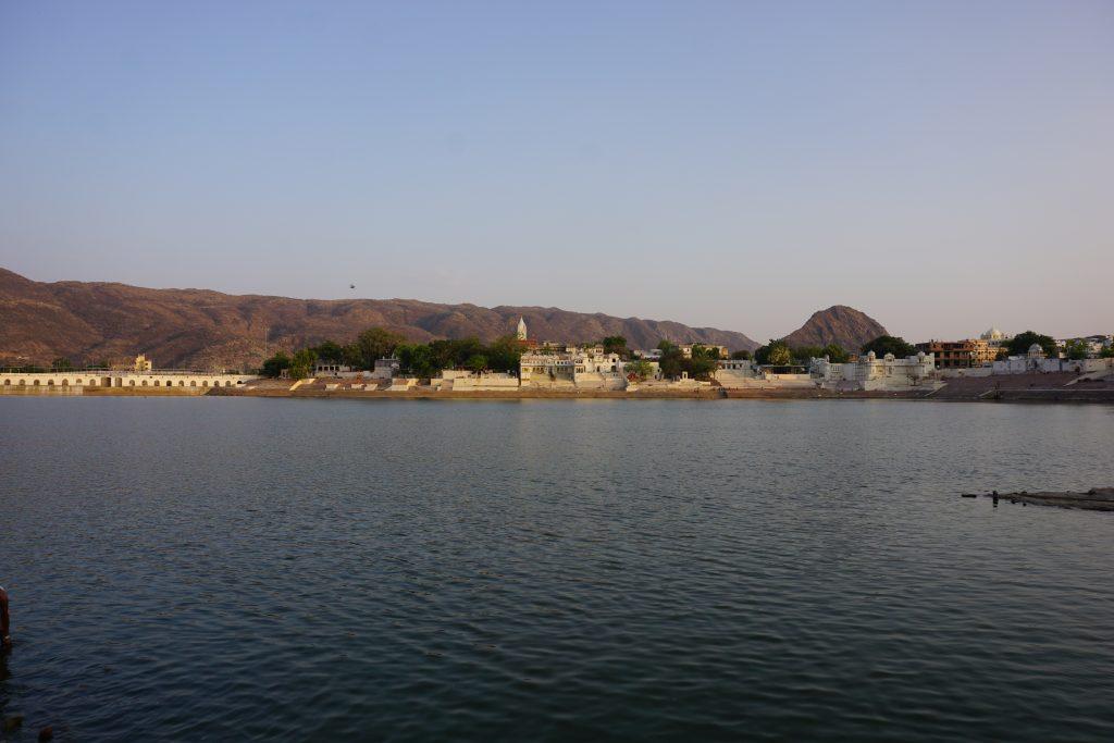 Pushkar gezilecek yerler - Göl kenarında ki beyaz şehir