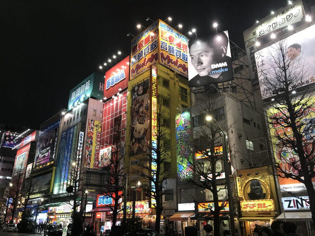 Tokyo gezilecek yerler - Şehirde kocaman gökdelenler, renkli ve ışıklı tabelalar insanı şaşkına çeviriyor